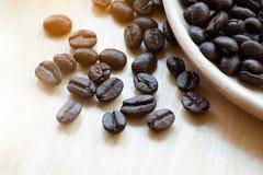 Chicchi di caffè con lo spazio della copia per testo su fondo di legno Fotografia Stock