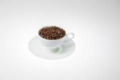 Chicchi di caffè con nella tazza di caffè su fondo bianco Immagine Stock Libera da Diritti