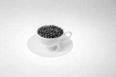Chicchi di caffè con nella tazza di caffè su fondo bianco Fotografia Stock