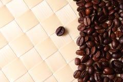 Chicchi di caffè con priorità bassa di bambù fotografia stock libera da diritti