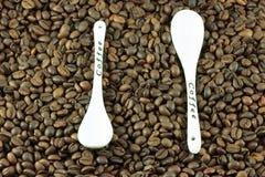 Chicchi di caffè con un cucchiaio Fotografie Stock