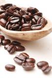 Chicchi di caffè in cucchiaio di legno   fotografia stock
