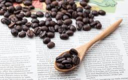 Chicchi di caffè in cucchiaio di legno Fotografia Stock Libera da Diritti