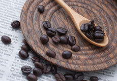 Chicchi di caffè in cucchiaio di legno Immagine Stock
