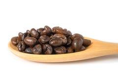 Chicchi di caffè in cucchiaio di legno Fotografie Stock