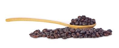 Chicchi di caffè in cucchiaio di legno su fondo bianco Fotografie Stock