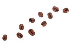 Chicchi di caffè del Brown isolati su priorità bassa bianca Fotografia Stock