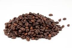 Chicchi di caffè della collina su una priorità bassa bianca. Fotografie Stock Libere da Diritti