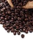 Chicchi di caffè di Brown in borsa isolata Fotografia Stock Libera da Diritti