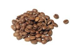 Chicchi di caffè di Brown isolati su fondo bianco Immagine Stock