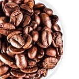 Chicchi di caffè di Brown isolati sulla macro bianca del fondo C arrostita Immagini Stock Libere da Diritti
