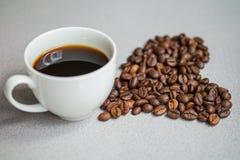 Chicchi di caffè di forma del cuore fotografia stock libera da diritti