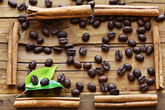 Chicchi di caffè di legno del fondo Immagini Stock Libere da Diritti