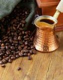 Chicchi di caffè di natura morta in un vaso del rame e della borsa Immagini Stock Libere da Diritti