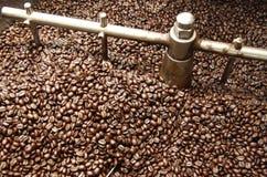 Chicchi di caffè di torrefazione Immagine Stock