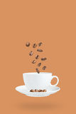 Chicchi di caffè di volo e tazza di caffè Fotografia Stock Libera da Diritti
