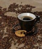 Chicchi di caffè e biscotto integrale Immagini Stock Libere da Diritti