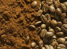 Chicchi di caffè e caffè del grounf Immagine Stock