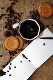 Chicchi di caffè e caramelle di cioccolato sulla fine della tela di sacco su Caffè e fondo dei dolci immagini stock libere da diritti