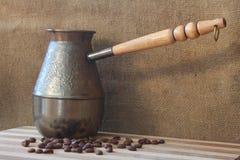 Chicchi di caffè e cezve Fotografia Stock