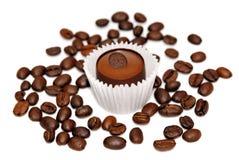 Chicchi di caffè e del dolce isolati Immagine Stock Libera da Diritti