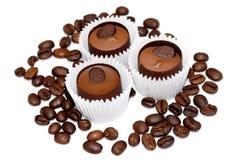 Chicchi di caffè e del dolce isolati Fotografie Stock Libere da Diritti