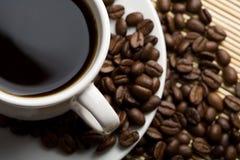 Chicchi di caffè e della tazza di caffè Immagini Stock