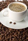 Chicchi di caffè e della tazza di caffè Fotografia Stock