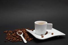 Chicchi di caffè e della tazza di caffè Immagine Stock Libera da Diritti