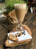 Chicchi di caffè e della tazza di caffè sulla vecchia tavola di legno Immagini Stock