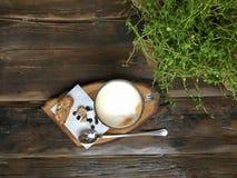 Chicchi di caffè e della tazza di caffè sulla vecchia tavola di legno Fotografie Stock Libere da Diritti