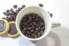 Chicchi di caffè e della tazza su fondo bianco Vista superiore Fotografia Stock