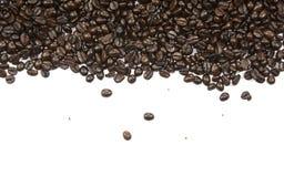 Chicchi di caffè e fondo bianco immagini stock