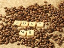 Chicchi di caffè e le lettere APPENA ME su un fondo della tela di iuta Fotografia Stock Libera da Diritti