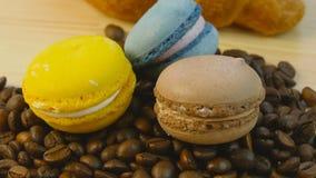 Chicchi di caffè e macarones stock footage