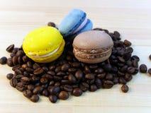 Chicchi di caffè e macarones Fotografie Stock
