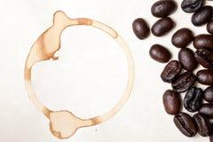 Chicchi di caffè e macchia dell'anello Fotografia Stock