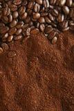 Chicchi di caffè e priorità bassa al suolo, indicatore luminoso caldo immagini stock libere da diritti