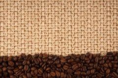 Chicchi di caffè e priorità bassa della tela di sacco Fotografia Stock
