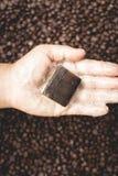 Chicchi di caffè e sapone del caffè casalingo Fotografia Stock Libera da Diritti