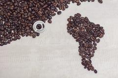 Chicchi di caffè e tazza del giocattolo con caffè, concetto Fotografie Stock Libere da Diritti