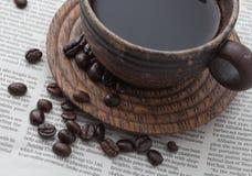 Chicchi di caffè e tazza di legno Immagine Stock Libera da Diritti