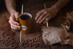 Chicchi di caffè e una tazza di caffè Immagini Stock Libere da Diritti