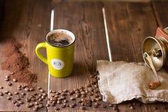 Chicchi di caffè e una tazza di caffè Fotografia Stock Libera da Diritti