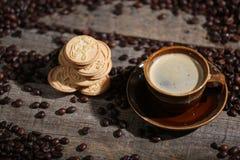 Chicchi di caffè ed alcuni biscotti Fotografie Stock