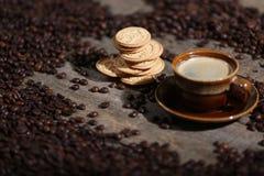 Chicchi di caffè ed alcuni biscotti Immagine Stock Libera da Diritti