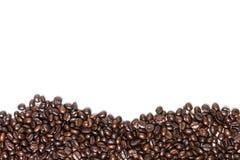Chicchi di caffè isolati su fondo bianco con copyspace per tex Fotografia Stock Libera da Diritti