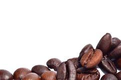 Chicchi di caffè isolati su priorità bassa bianca Fotografia Stock Libera da Diritti