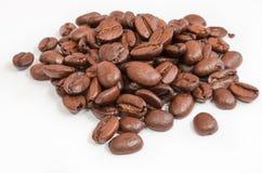 Chicchi di caffè isolati su una priorità bassa bianca Fotografia Stock Libera da Diritti