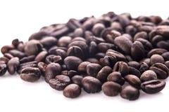 Chicchi di caffè Isolato su una priorità bassa bianca Immagini Stock Libere da Diritti